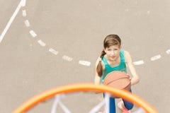 打篮球的年轻少年运动员 库存照片