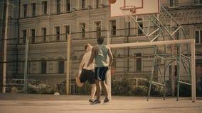 打篮球,活跃朋友的白和黑人获得乐趣,好记忆 股票视频