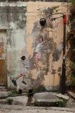 打篮球,街道艺术的孩子在乔治城 免版税库存照片