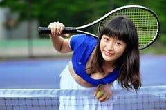 打网球的一个性感的亚裔女孩 库存照片
