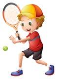 打网球的一个逗人喜爱的小男孩 免版税库存图片