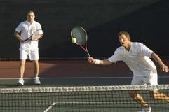 打网球的中间成人人 免版税库存照片