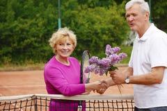 打网球的前辈 免版税图库摄影