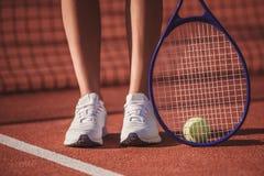 打网球的女孩 免版税库存图片