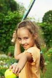 打网球的小女孩画象户外 免版税库存照片