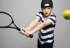 打网球的小男孩 体育孩子 免版税图库摄影