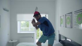 打网球的年轻人训练站立在床上在舒适的酒店房间 E 体育和休闲 股票视频