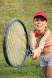 打网球的快乐的女孩 免版税库存图片