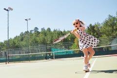 打网球的愉快的小女孩 图库摄影
