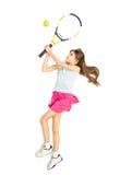 打网球的愉快的深色的女孩被隔绝的射击  免版税库存照片