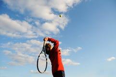 打网球的男孩 免版税库存照片