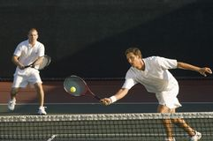 打网球的男性球员 免版税库存图片