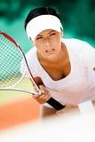 打网球的运动装的美丽的女运动员 免版税图库摄影