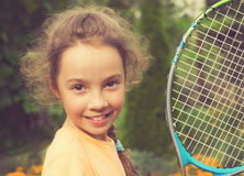 打网球的逗人喜爱的女孩葡萄酒画象在夏天 免版税图库摄影