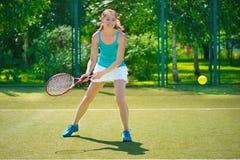 打网球的年轻美丽的妇女画象  免版税图库摄影