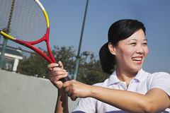 打网球,画象的成熟妇女 免版税库存图片