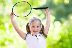 打羽毛球或网球的孩子室外在夏天 库存图片