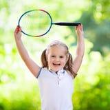 打羽毛球或网球的孩子室外在夏天 图库摄影