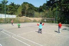 打羽毛球的中国孩子 免版税库存照片