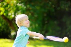 打羽毛球的孩子在夏天公园 库存照片