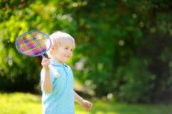打羽毛球的孩子在夏天公园 免版税库存照片
