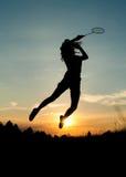 打羽毛球的跳跃的女孩 库存图片
