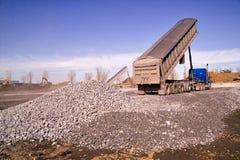 打翻建筑的卡车倾销石渣 库存照片
