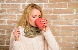 打翻怎么摆脱寒冷 冷流感解决 补救应该帮助打冷的快速的妇女感觉非常不适打喷嚏 免版税库存照片