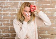打翻怎么摆脱寒冷 补救应该帮助打冷的快速的妇女感觉非常不适打喷嚏 冷流感解决 免版税库存照片