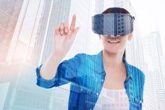 打虚拟现实比赛的少妇 免版税库存图片