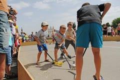 打街道曲棍球的孩子在儿童保护天在伏尔加格勒 图库摄影