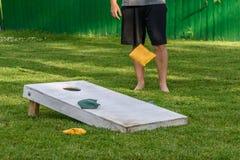 打袋子比赛在后院 免版税库存图片