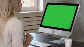 打视频通话的女实业家对商务伙伴 绿色屏幕大模型显示 股票录像