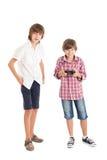 打计算机游戏的二个男孩 库存照片