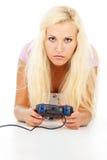 打计算机游戏的美丽的女孩 免版税库存照片