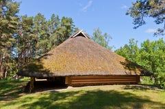 打谷的房子在拉脱维亚的民族志学露天博物馆 库存照片