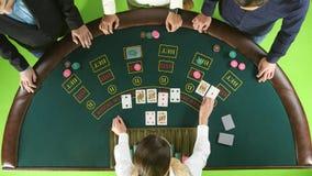 打赌人的在赌博娱乐场,经销商成交卡片 绿色屏幕 顶视图 股票视频