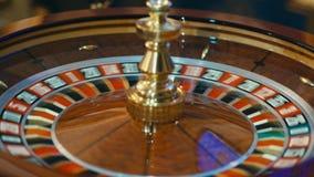 打赌切削-赌博娱乐场演奏轮盘赌的轮盘赌人在赌博娱乐场,苦干 股票录像