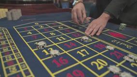 打赌切削-赌博娱乐场演奏轮盘赌的轮盘赌人在赌博娱乐场,苦干 影视素材