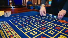 打赌切削-赌博娱乐场演奏轮盘赌的轮盘赌人在赌博娱乐场,苦干 股票视频