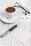 打赌可能性的咨询列出,当供食早晨咖啡时 免版税库存图片