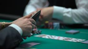 打赌所有芯片和金钱,危险的扑克牌游戏,虚张声势的企业人赌博 股票录像