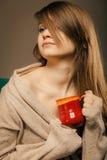 打赌的人 拿着杯子杯子热的饮料茶或咖啡的女孩 免版税图库摄影