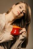 打赌的人 拿着杯子杯子热的饮料茶或咖啡的女孩 库存照片