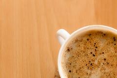 打赌的人 杯与泡沫的热的饮料咖啡 免版税库存照片