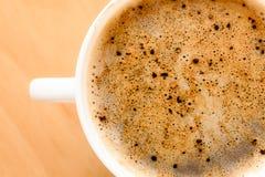 打赌的人 杯与泡沫的热的饮料咖啡 库存照片