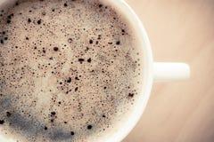打赌的人 杯与泡沫的热的饮料咖啡 免版税图库摄影