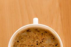 打赌的人 杯与泡沫的热的饮料咖啡 库存图片