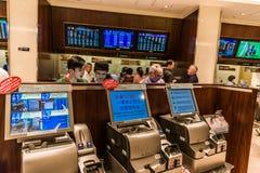 打赌跑马跑马地跑马场香港的人们 免版税库存照片