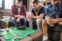 打轮盘赌比赛的人 库存照片